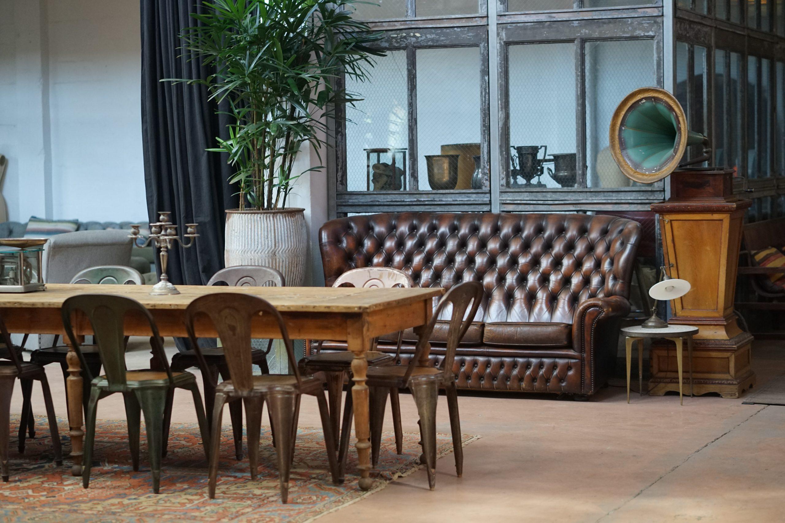Tweedehands meubels in een woonkamer